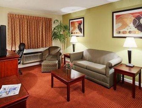 Orangewood Inn and Suites Austin North: Suite Living Room
