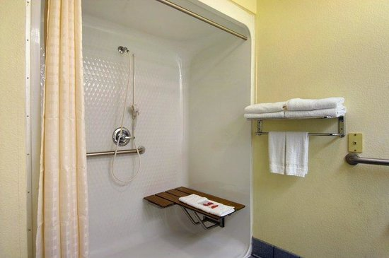 Red Roof Inn San Marcos: ADA Accessible Bath