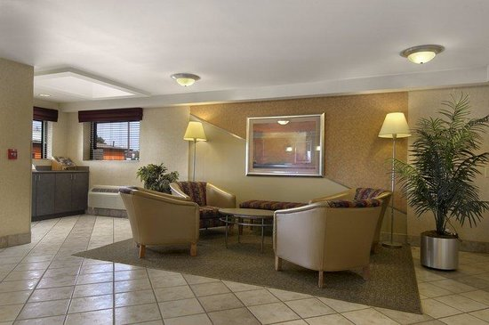 Worthington Red Roof Inn: Lobby Seating Area
