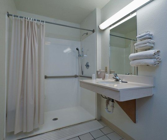 Red Roof Inn Corpus Christi South: ADA Accessible Bathroom