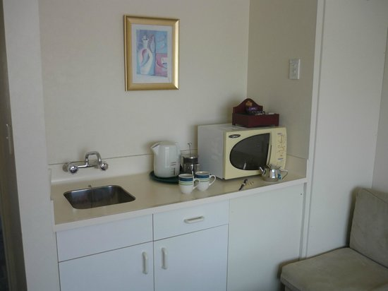 Fountain Court Motor Inn Motel: Formica heaven and classic microwave