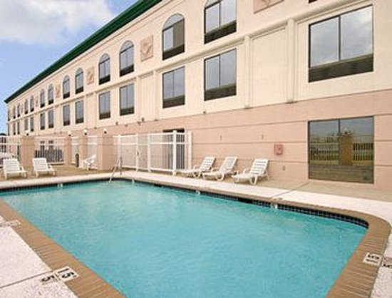 Wingate by Wyndham Sulphur: Pool