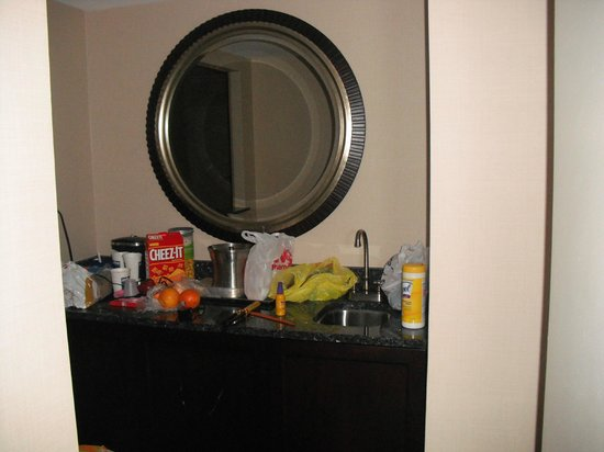 Capital Hilton: Dining Nook with counter & fridge