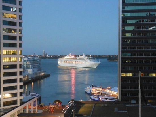 Quay West Suites Auckland:                   Cruise Ship