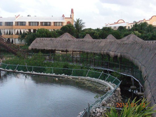 Grand Palladium White Sand Resort & Spa: One of the walkways, alligator enclosure