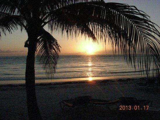 Grand Palladium White Sand Resort & Spa: Beach at sunrise