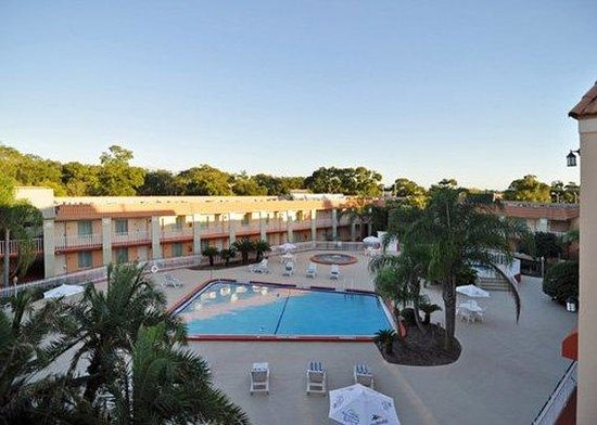 Clarion Inn & Suites: outdoor pool