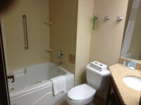 Hampton Inn Bellingham Airport: Clean and with a jetted tub too !