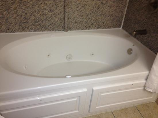 Holiday Inn Express Fayetteville - Ft. Bragg: jacuzzi tub