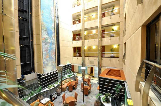 Donatello Hotel Apartments: Grand Atrium