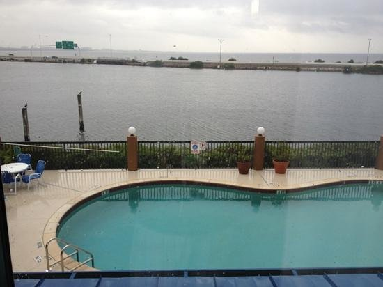 Holiday Inn Express Tampa - Rocky Point Island:                   water's edge