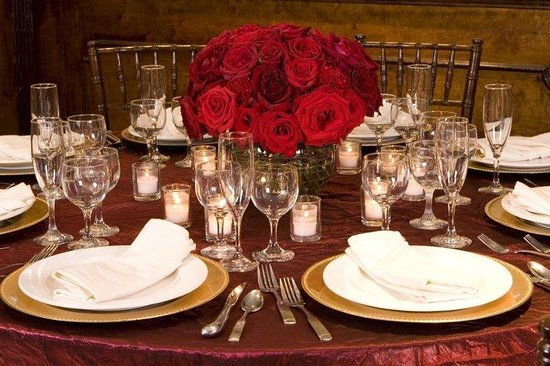 Clarion Hotel at the Century House: Red Table
