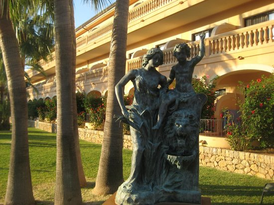 Mon Port Hotel &amp; Spa:                                     Statue in grounds near another accommodation block
