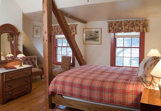 Deer Isle, ME: Room 14 on the third feel has a rustic feel with wood beams and a queen bed