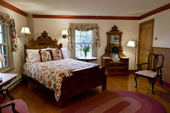 Deer Isle, ME: Room 6 is a large room on the second floor with queen bed
