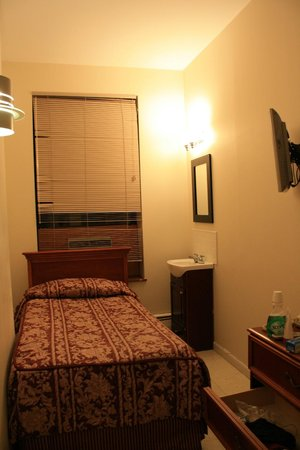 Americana Inn:                   Photo of room