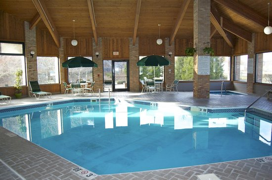Pool from our room picture of baymont inn cambridge cambridge tripadvisor for Hotels in cambridge with swimming pool
