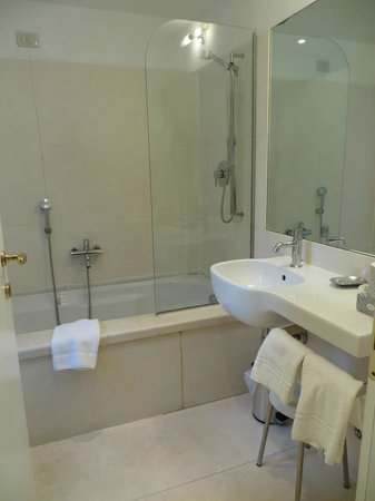 Hotel Palazzo Vitturi: Cosy and huge bathroom
