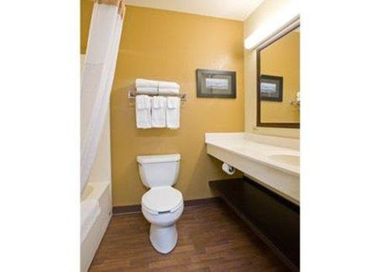 Extended Stay America - Durham - University: Bathroom