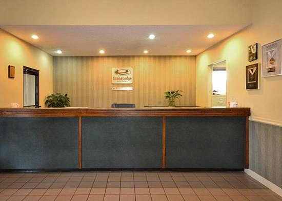Econo Lodge Inn And Suites East: Front Desk