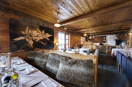 int rieur restaurant picture of le chalet des praz la. Black Bedroom Furniture Sets. Home Design Ideas