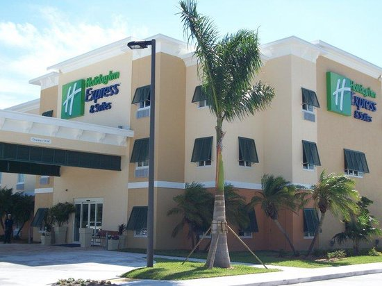 The Holiday Inn Express & Suites Marathon: Hotel Entrance