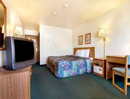Shawano, WI: Standard Queen Bed Room