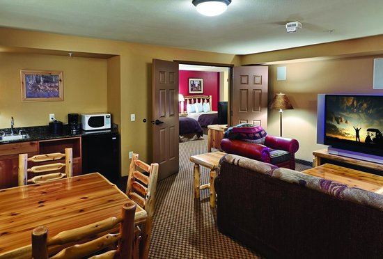 Arrowwood Lodge At Brainerd Lakes: Living Room Area of Cinema Suite