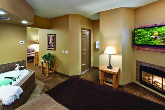 Arrowwood Lodge At Brainerd Lakes: King Whirlpool Suite