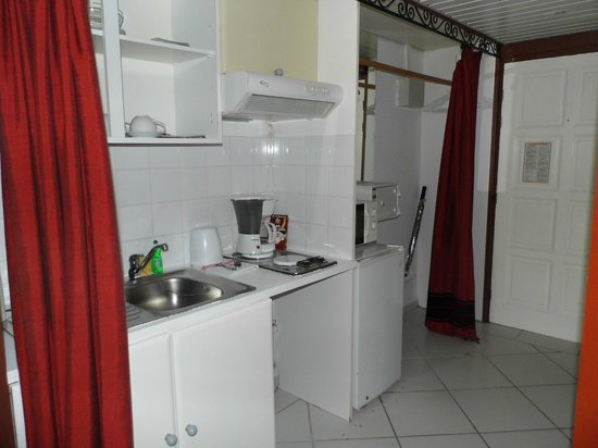 Palm Court Hotel:                   Kitchen area - CANNOT use stovetop