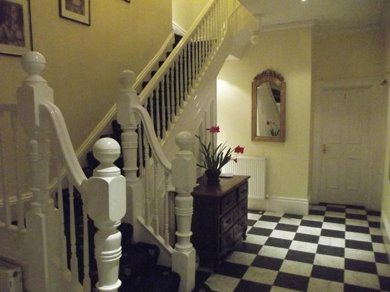 9 Green Lane Bed and Breakfast:                   Spacious Entrance Hall