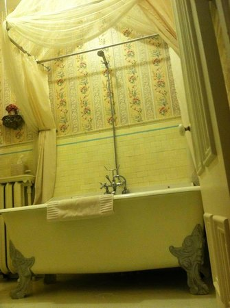 Lovelace Manor Bed and Breakfast:                                     Original 1880's tub.  Immaculate!