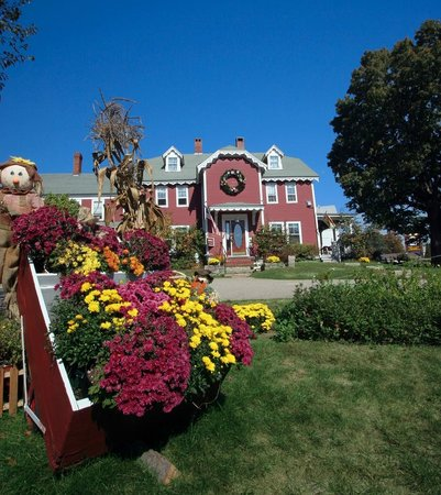 Old Red Inn & Cottages: Fall season at the Inn