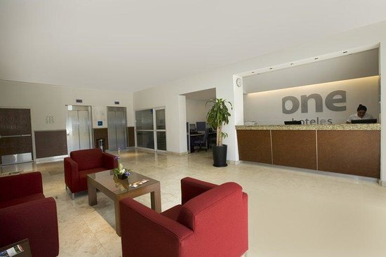 One Queretaro Plaza: Front Desk