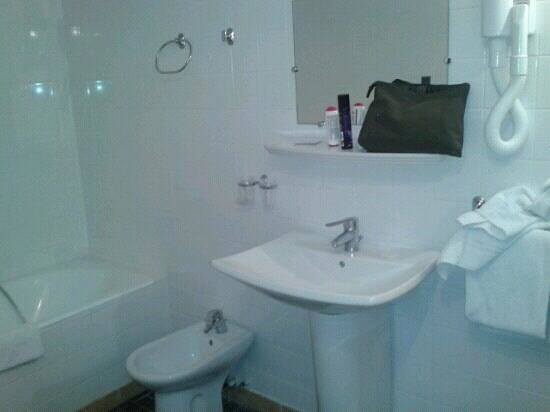 Hotel Camelia International:                   salle de bain chambre 42