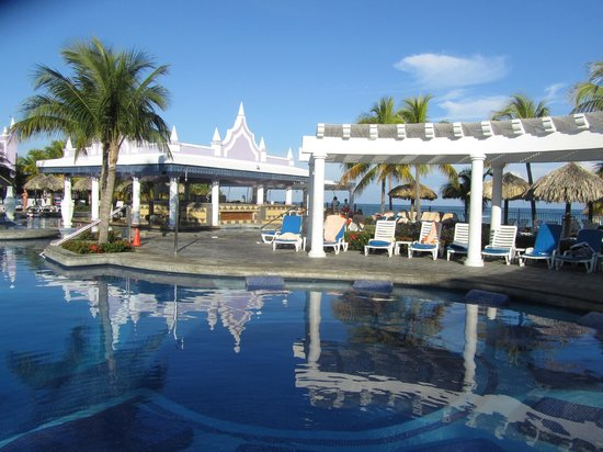 Riu Montego Bay Hotel: The huge pool with amazing 2 level bar