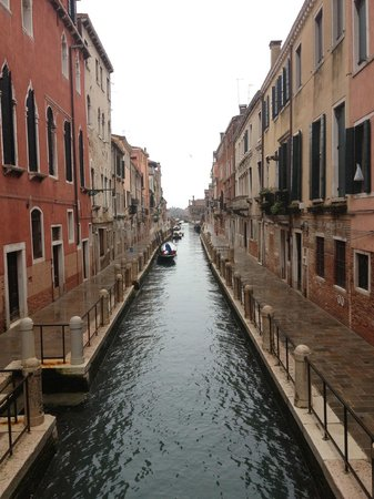 Locanda Ca Zose:                   Le canal qui borde l&#39;hotel. l&#39;hotel est sur la gauche. (photo prise du pont)