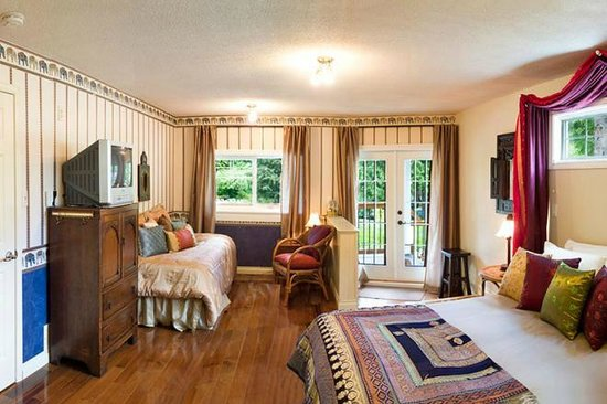 Whitley House B&B: India Room is the largest with private entry/bath & kitchenette
