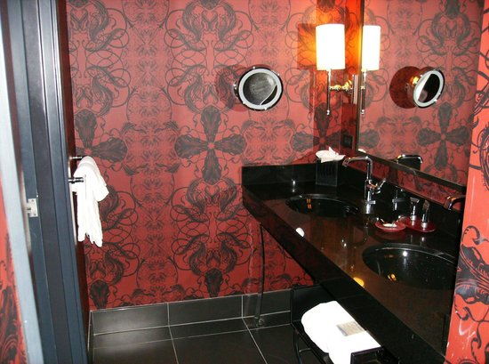 Hard Rock Hotel and Casino: Nice modern bathroom in first Room Paradise Tower