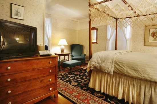 The Carlisle House Inn: Cisco Queen Room with working fireplace and private bath
