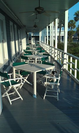 Apalachicola, Floryda:                   Breakfast on the porch.