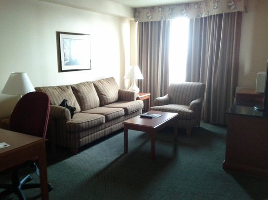 Ramada Plaza Toronto Airport Hotel & Stage West Theatre: Sitting area