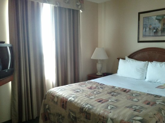 Ramada Plaza Toronto Airport Hotel & Stage West Theatre: Queen size bedroom