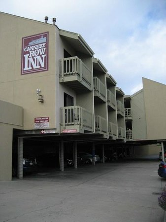 Cannery Row Inn: Hotel parking lot