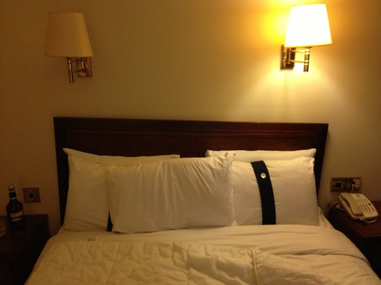 Holiday Inn London-Heathrow M4, JCT 4:                                     Nice, well attached headboard