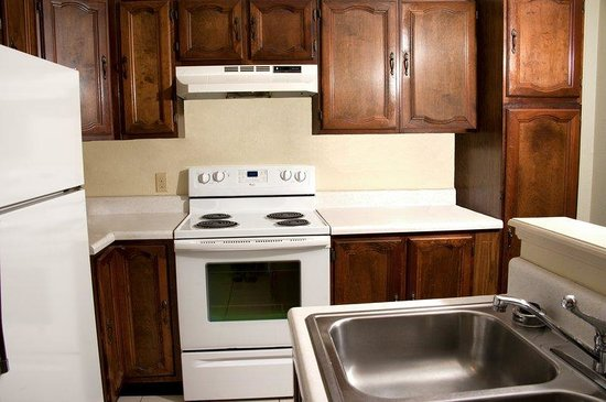 BEST WESTERN Sherwood Inn: Kitchen in the 2 Bedroom Queen Studio