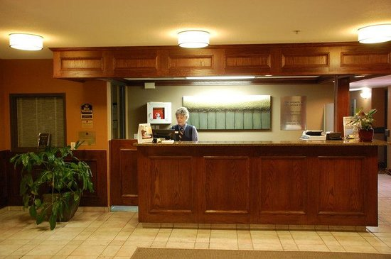 BEST WESTERN Strathmore Inn: Best Western Strathmore Front Desk
