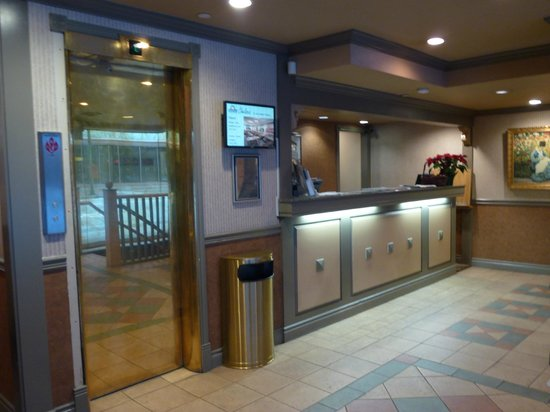 Days Inn Vancouver Downtown: The front desk in the lobby