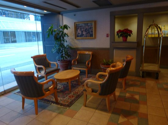 Days Inn Vancouver Downtown: Seating in the lobby