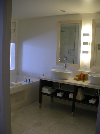 EPIC Hotel - a Kimpton Hotel: Bathroom